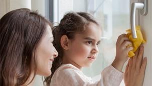REHAU okna jsou vybavena speciální povrchovou úpravou HDF. Díky ní mají okna výrazně hladší povrch a tak nedochází k významnému usazování nečistot. Pracné čištění oken je již minulostí, od teď již bude vše jednoduché. A svůj čas můžete věnovat své rodině.