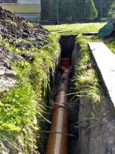 Uložení odpadních rour byla skládačka pro stavbyvedoucího. Potrubí pro vodu ukládala vodárenská společnost, plynovodní přípojku plynárna přes svého zprostředkovatele.