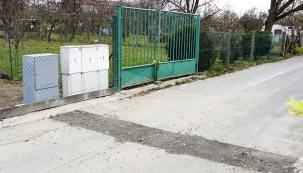 Po připojení plynu v plotě přibyla další nevzhledná krabice. Časem ji necháme porůst břečťanem a budeme jen prostřihávat dvířka.