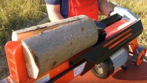Každoroční rituál přípravy dřeva na zimu zahrnuje kromě řezání také štípání. Otestovali jsme pro vás horizontální štípačku Levita 4 tuny.