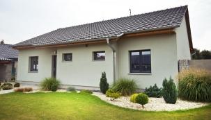 Omítka Activcem s přísadou DECOR slída přírodní, rodinný dům, severní Morava (LB Cemix)