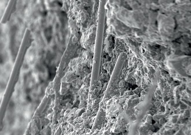 Skelná vlákna se velmi dobře pojí s vnitřní mikrostrukturou omítky (LB Cemix)