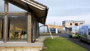 Foukaná celulózová izolace je vhodná pro každou stavbu včetně populárních dřevostaveb. Izoluje, eliminuje plísně, nehoří a nechutná hlodavcům. (CIUR)