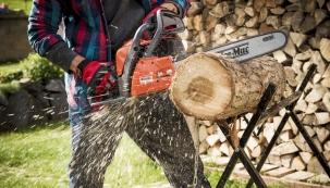 Právě v těchto dnech je ta správná doba na přípravu palivového dřeva. Kdo ho doma používá jako primární topivo, musí myslet i na příští sezóny, protože nařezané dřevo by mělo minimálně rok prosychat. Nejlepším způsobem na řezání dřeva je řetězová pila. (Foto: Mountfield)