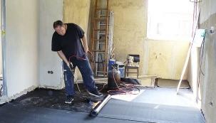 Provedení vnitřních omítek si vyžádalo spoustu času apráce, svépomocí se však podařilo hodně ušetřit. Lité podlahy pak byly hotové raz dva.