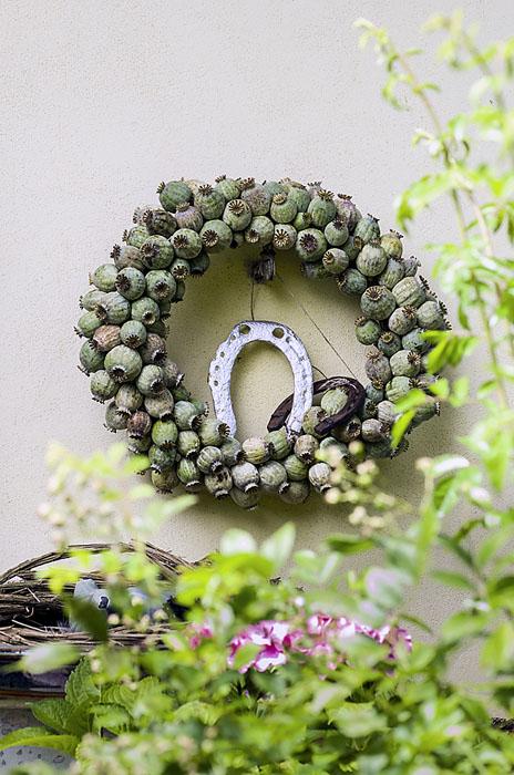 Nádherné věnce patří ke Zdeniným specialitám. Tvorbě přírodních dekorací se věnuje víc než 40 let a zužitkuje při tom vše, co jí přijde pod ruku.