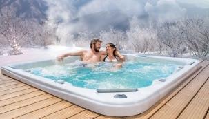 Horkou koupel si užijete i v teplotách hluboko pod nulou. Třeba s elegantní vířivou vanou Bahamas. (Foto: Mountfield)