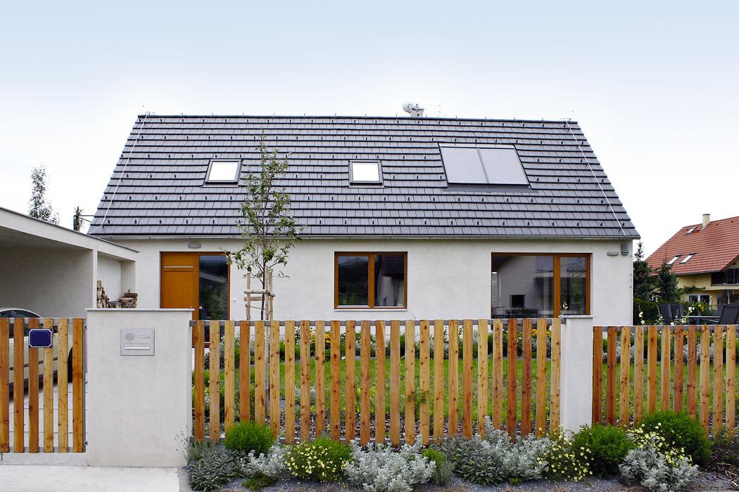 Architektům se podařilo navrhnout dům, který skvěle zapadá dookolní zástavby ikrajiny, přitom jde otak extrémní anáročnou stavbu, jako je pasivní dům.