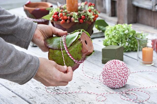 Listům odstřihneme řapíky, poskládáme je kolem květináče a připevníme provázkem (pomoci si můžeme obyčejnou gumičkou, kterou nakonec odstraníme). Čím barevnější listy, tím lépe navodíme podzimní náladu.