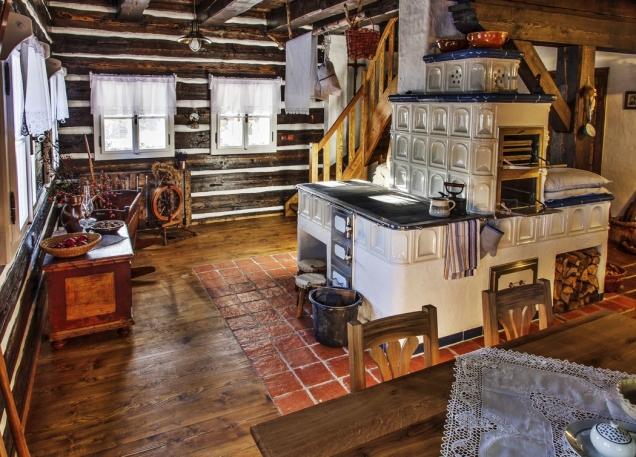 Společnému obývacímu prostoru dominují kachlová kamna, která skýtají nejen možnost tradičního vaření apečení po vzoru našich prababiček, ale i možnost nevšedního zážitku – přespání na peci.