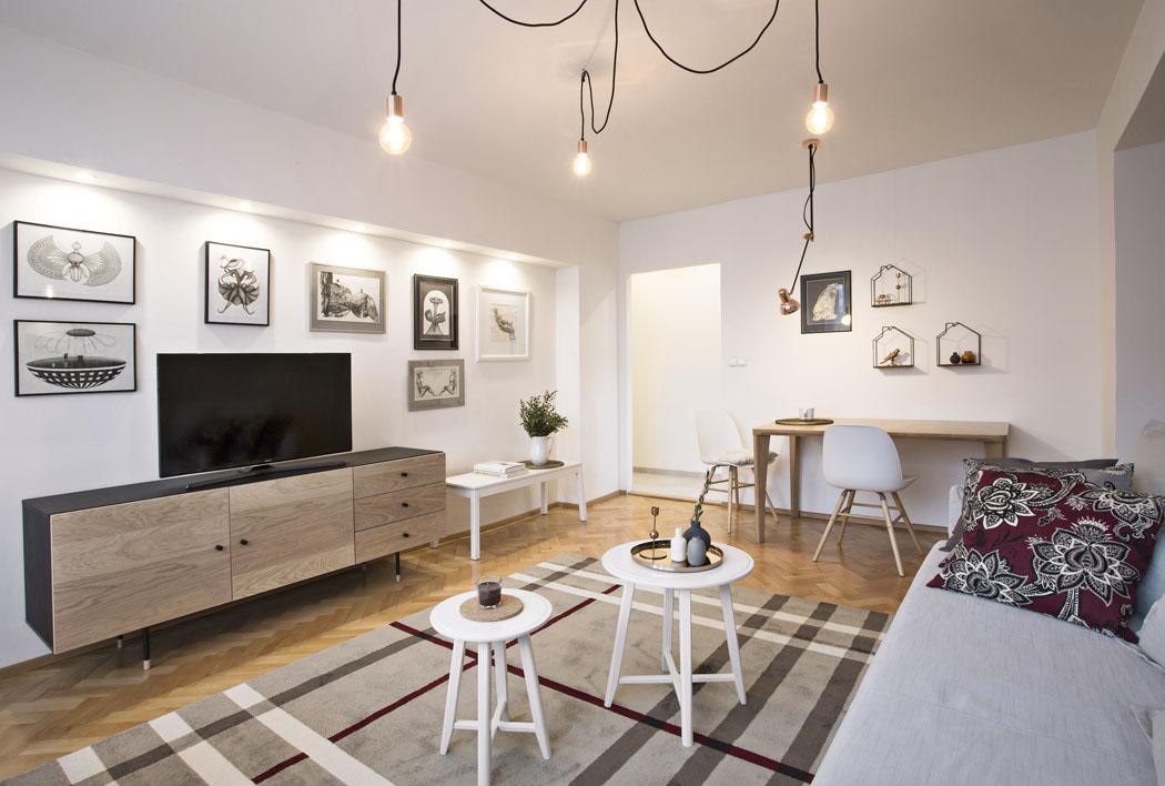 Obývací pokoj nezahlcuje množství nábytku aje proto prostorný avzdušný.