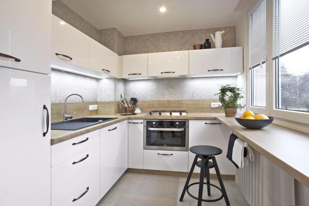 Původní kuchyň byla neprakticky řešená astísněná. Nová dispozice umožňuje pohodlné vaření.