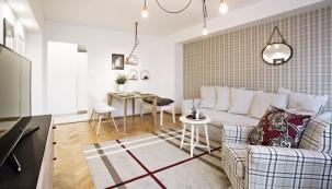 Interiér bytu pro dámu využívá věčné elegance kostkovaného vzoru vrůzných jemných kombinacích.
