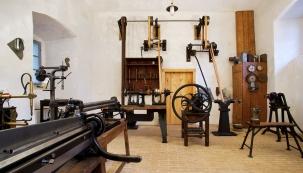 Vzdělávací avolnočasový areál propojuje tematicky zaměřené expozice shistorickými dílnami tradičních stavebních řemesel smožností vyzkoušet si řemeslné dovednosti.