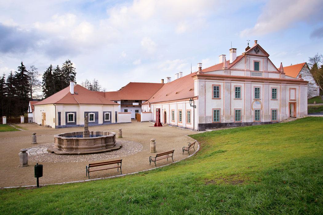 Včlenitém areálu hospodářského dvora byly vytvořeny prostory především pro aktivity zaměřené naprezentaci dobových stavebních technologií amateriálů.