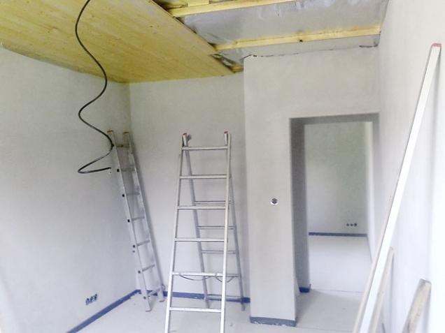 Nad pohledové desky jsme položili stříbrnou termofólii, která chrání tepelnou izolaci, odráží teplo zpět do interiéru a zabraňuje únikům tepla.