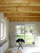 Dřevěné stropy v hlavních obytných místnostech jsme ručně obrousili a natřeli bezbarvým lakem. Kresba dřeva se krásně zvýraznila.
