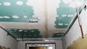 U sádrokartonových stropů bylo třeba zatmelit  a přebrousit spáry, aby měla celá plocha dokonale hladký rovný povrch.
