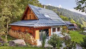 Jste-li milovníky hor vzimě ivlétě, nová roubená chata Brusírna vbezprostřední blízkosti areálu Černý důl v Krkonoších vám nabídne bohaté zážitky, aniž byste museli slevit zpředstav omaximálním pohodlí.