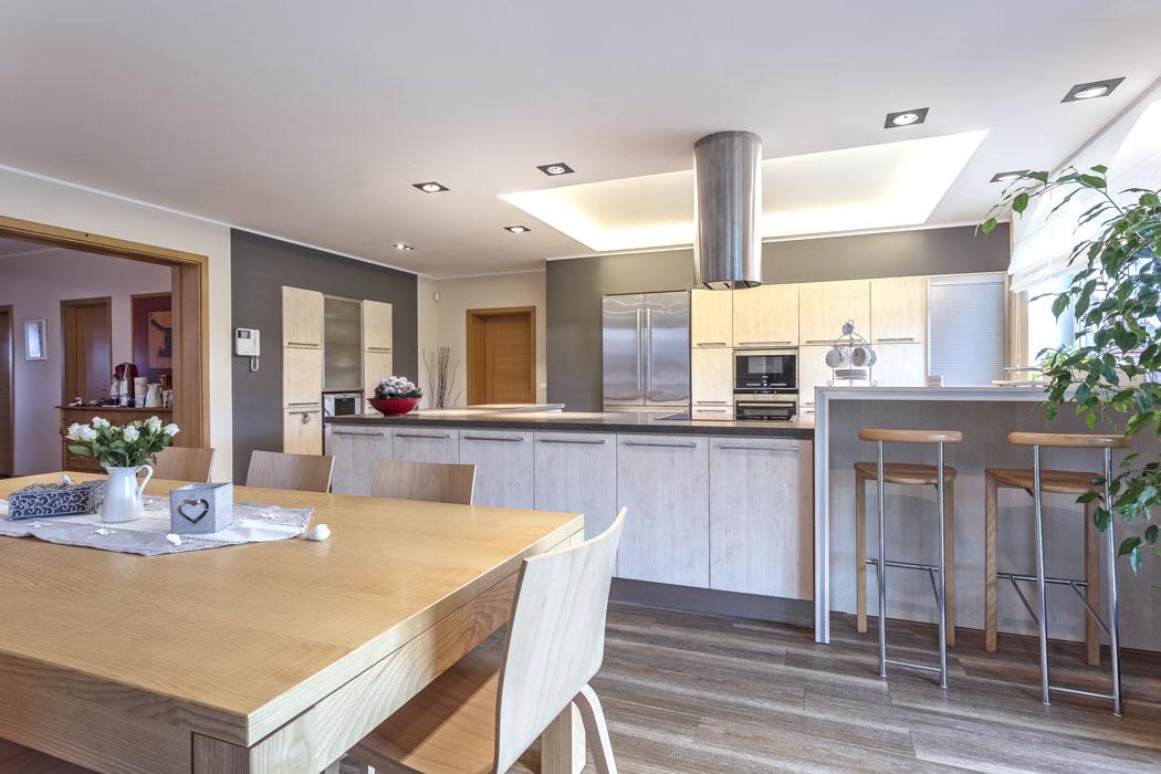 Velkoryse pojatá kuchyň se často objevuje ivtelevizních pořadech – poskytuje totiž dostatek prostoru pro natáčení. (1)