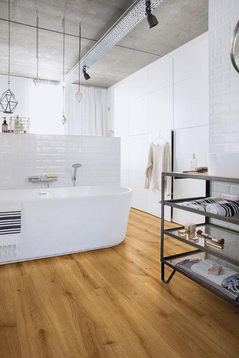 Plovoucí laminátové podlahy Quick-Step Majestic jsou vodoodpudivé, ideální i do koupelen s podlahovým vytápěním. Pokládají se na speciální podložku. (www.quick-step.cz)