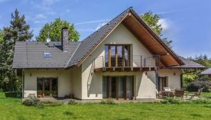 Architekt vybral Šípkovým dům se sedlovou střechou, který přirozeně zapadl na pozemek ulesa. Netradiční jsou na něm všudypřítomná francouzská okna, vnášející do domu světlo anapomáhající kvýborné termodynamice domu.