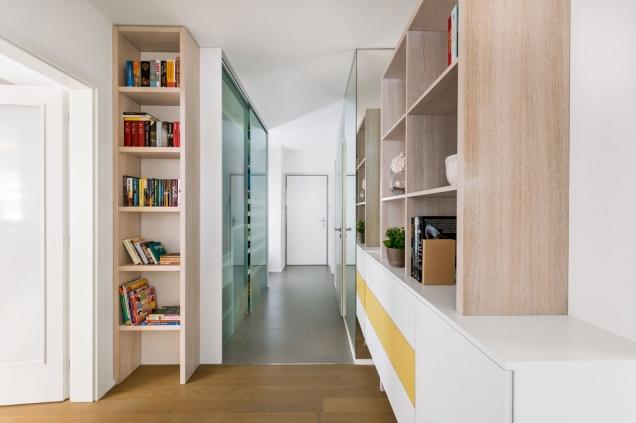 Dopředsíně designérka navrhla nábytek vestejném stylu jako vobývacím pokoji, čímž docílila optického propojení prostoru.
