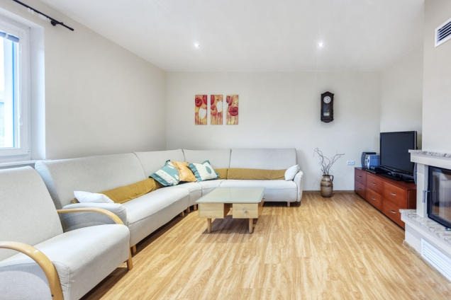 Hlavní obytná místnost skrbem akrbovou vložkou. Vše je vdomě dispozičně uspořádáno tak, aby byl pohyb po domě co nejsnazší anejjednodušší.