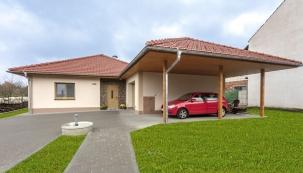 Navštívili jsme novostavbu rodinného domku na Zlínsku, kterou si postavili manželé Miroslav aPavla, ato na místě původního domu rodičů, kde vmládí začínali.