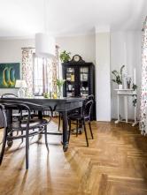 Ustarožitného jídelního stolu se často schází početné osazenstvo, atak rodina vítá možnost jeho oboustranného rozložení. Kestolu si manželé pořídili klasické české tonetky.