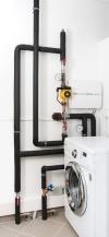 Řídicí jednotka CP-201M tepelného čerpadla Jablotron se stará o to, aby při výpadku sítě fungovala cirkulace a zároveň řízení teploty otopné vody na nastavenou hodnotu. Řídicí jednotka má zabudovanou auto-diagnostiku, která kontroluje funkci všech klíčových částí a upozorní i na případnou poruchu.