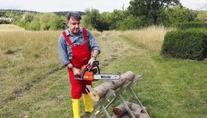 V domě se zahradou se bez pořádné pily neobejdete – během roku ji využijete na prořez a případné kácení stromů, nezastupitelná je při přípravě palivového dřeva na zimu. Redaktor časopisu Rodinný dům Adam Krejčík otestoval motovou pilu Oleo-Mac GS 410 CX, kterou si vybral především kvůli příznivému poměru mezi cenou a výkonem.