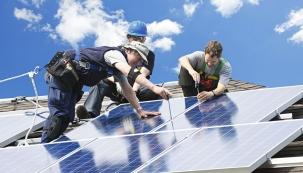 Kefektivnímu vytápění rodinných domů se čím dál více používají také alternativní zdroje energie. Velmi významnou roli zde hraje okolní prostředí, zejména sluníčko, ale ivoda, země avzduch.