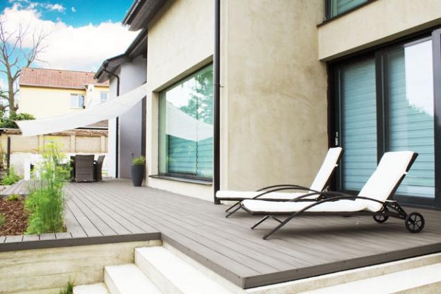 Designovým skvostem na poli teras je jednoznačně terasa v šedé barvě. Dokonale se hodí k moderně vyhlížející novostavbě. Ve spojení s upravenou zahradou pak celek působí svěže a čistě. (WoodPlastic.cz)