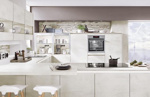 Kuchyňská sestava Rebeca ve tvaru písmene U. Přední strana slouží jako komunikační centrum s barovým posezením (SIKO)