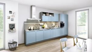 Kuchyň Nolte vetvaru klasické linky se dvěma pracovními plochami, dřezem, varnou deskou avestavěnou troubou (www.nolte.de)