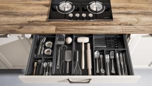 Pracovní deska z masivu – z tzv. spárovky, řešení pro milovníky přírodních materiálů. Kuchyň se neobejde ani bez organizérů  v zásuvkách i skříňkách (SCHMIDT KUCHYNĚ)