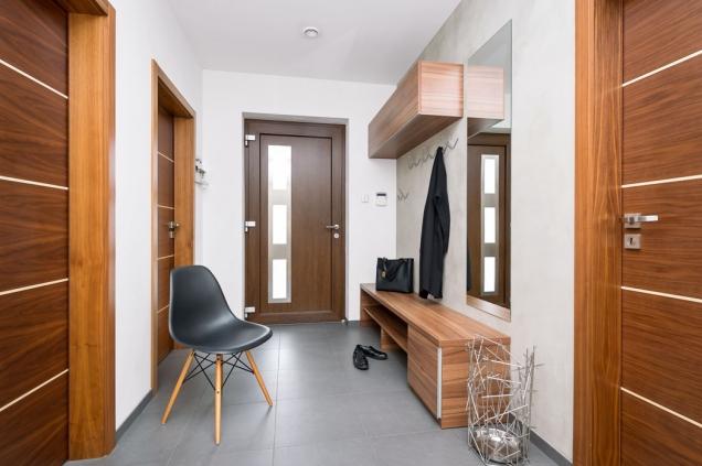 Ořechové dveře sjavorovými pásky jsou nosnou linkou celého interiéru.