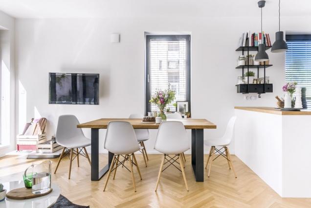 Středobodem kuchyňského aobývacího prostoru je namíru vyrobený jídelní stůl z dubových desek socelovou podnoží, uněhož se koncentrují všechny návštěvy akde se také často fotí.
