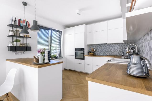 Kuchyňská sestava (Ikea) musela pojmout dvě chladničky aveškeré nádobí adoplňky, které Marika potřebuje kběžnému vaření aservírování, ale také kestylingu jídel pro blog akuchařku.