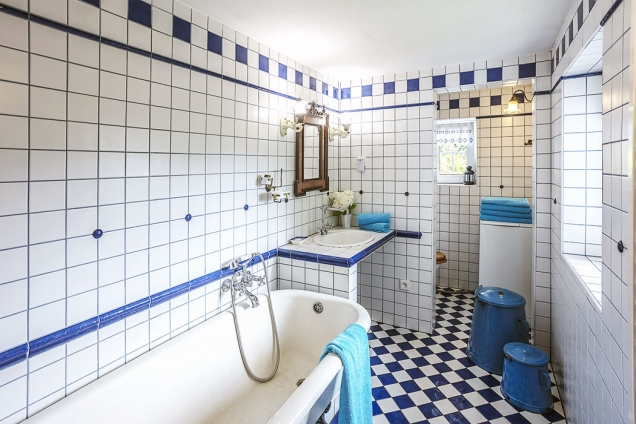 Také koupelna je do posledního detailu pojata vhistorickém stylu, včetně litinové smaltované van.