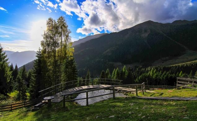 Na horské stráni uprostřed Národního parku Paneveggio-Pale di San Martino stála už od konce 19. století malá farma. Před několika lety ji nová majitelka nechala kompletně zrekonstruovat a tak vznikla úchvatná chata Chalet Nel Doch. (FOTO: Claudio Gobber, Silvano Angelani)