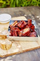 Recept na víkend: BBQ vepřová žebírka v pivní marinádě (Zdroj: Kniha o pivu, vydal SmartPress)
