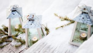 Doma světýlky zdobíme celý byt téměř automaticky, ale nezapomínáme tak trochu nazahrady, terasy abalkony? Vánočně dekorované mohou totiž skýtat kouzelnou podívanou…