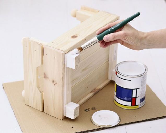 6. Postýlku namalujeme z vnitřní strany a na nožičkách bílou barvou, koule žlutou. Nebo podle vlastní fantazie.