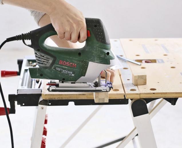 2. Přímočarou pilou nařežeme z dřevěného hranolu nohy postýlky, cca 3cm vysoké. Hrany po řezání přebrousíme jemným brusným papírem.
