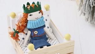 Máte-li rádi hračky zpřírodních materiálů, tak tato nenáročná apraktická postýlka pro panenku bude pro vás tou správnou volbou.