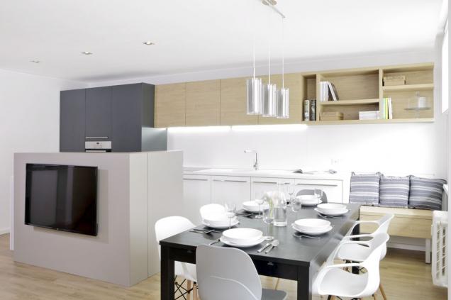 Kuchyňskou část odobývací dělí pracovní ostrůvek, najehož jedné části je netradičně umístěná televize navýsuvném držáku. Veškeré příslušenství je schované veschránce zatelevizí.