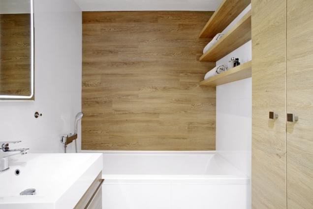 Vdětské koupelně je vana. Prostor zaní je vyplněn vinylem, který je použitý vbytě napodlahách.