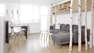Kompletní rekonstrukce bytu vpanelovém domě se ujalo studio Zaki Design azakázku dodalo naklíč, tedy odnávrhu, přes stavební práce až pozařízení interiéru nábytkem.